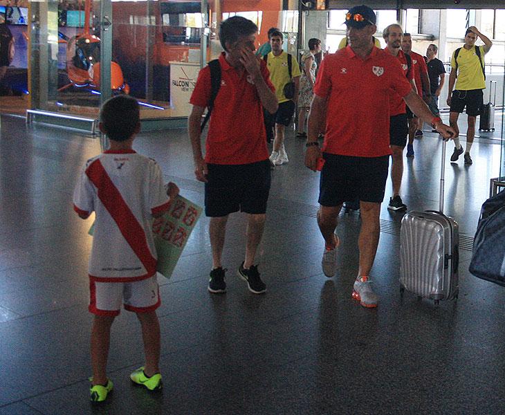Paco Jémez junto a su delegado a la llegada a la estación del AVE de Córdoba