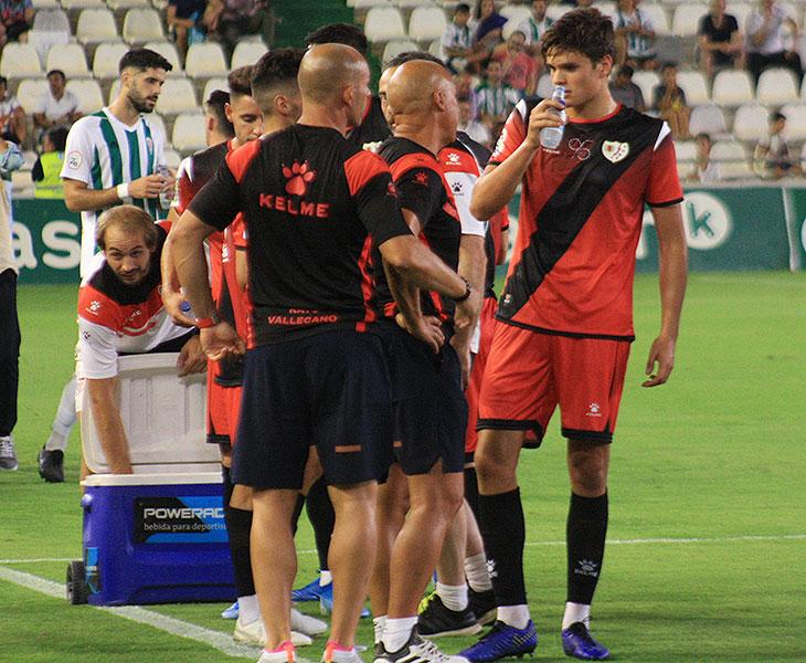 Paco Jémez y Luna Eslava dando instrucciones a uno de sus pupilos en el asueto para refrescarse