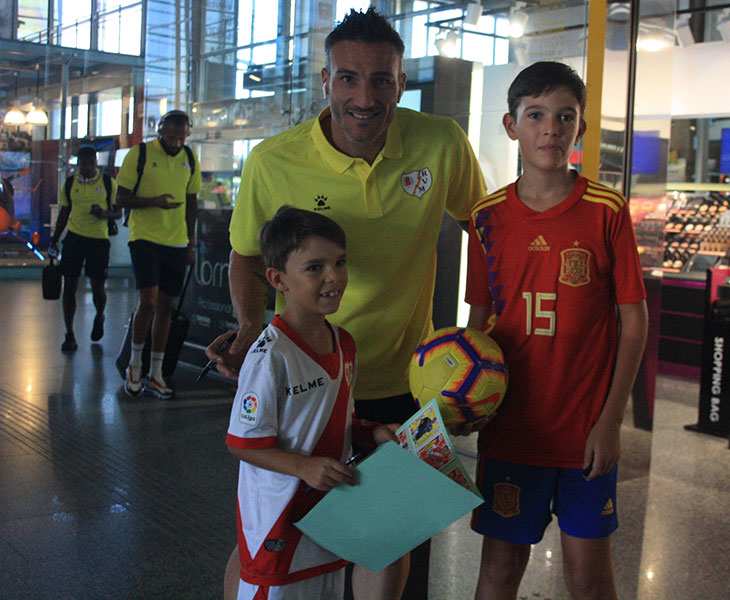Piovaccari firmó sus primeros autógrafos tras bajarse en la estación del AVE