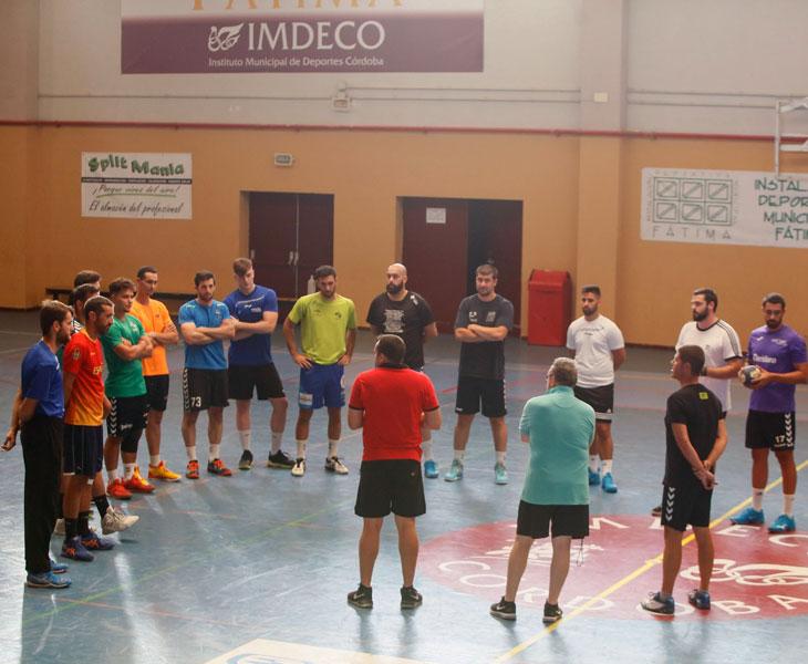 Jesús Escribano habla a sus jugadores en Fátima. Foto: Madero Cubero / Cordópolis