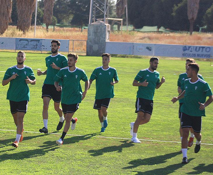 Los jugadores del Córdoba en una serie de sprint de la sesión matinal