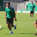 Sebastián Castro avanzando con un rival ante un compañero