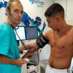 Sebastián Castro pasando el reconocimiento médico esta mañana con el doctor Bernardo Viana