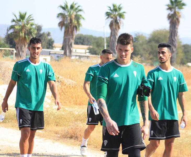 Trabazo, a la izquierda, se despidió hoy de sus compañeros, Becerra, Fernández y Moyano, con los que abandonó la Ciudad Deportiva rumbo a San Sebastián de los Reyes