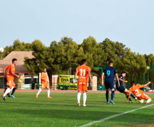 Varios jugadores del Córdoba disputan un balón dividido en banda