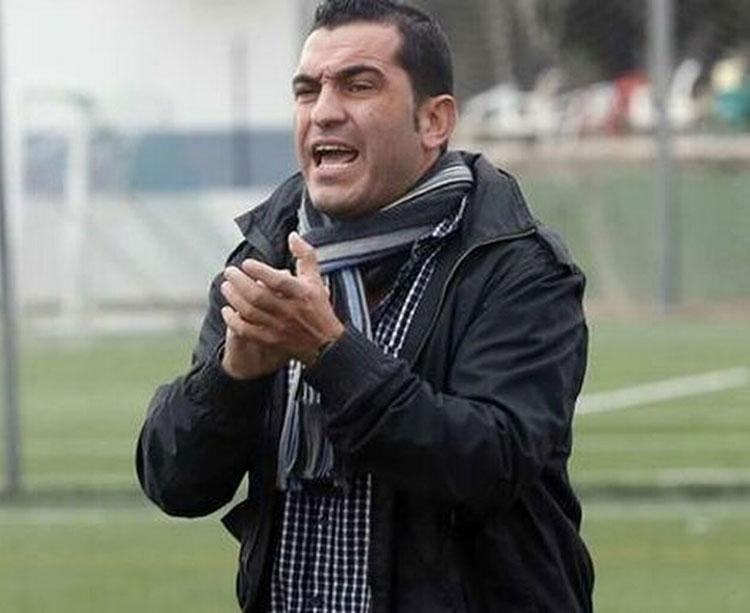 Adrián Hernández dando indicaciones desde su área técnica. Foto: Europa Sur