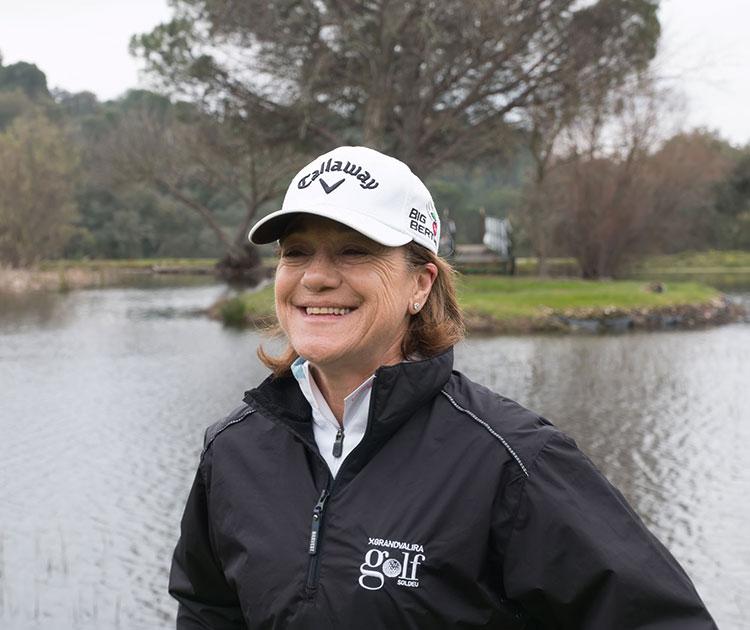 Blanca Fernández ochoa y su sonrisa en la salida del hoyo 8 con el lago al fondo