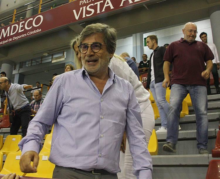 Carlos González a su llegada al palco del Vista Alegre