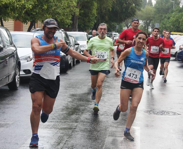 Varios atletas corriendo bajo la lluvia