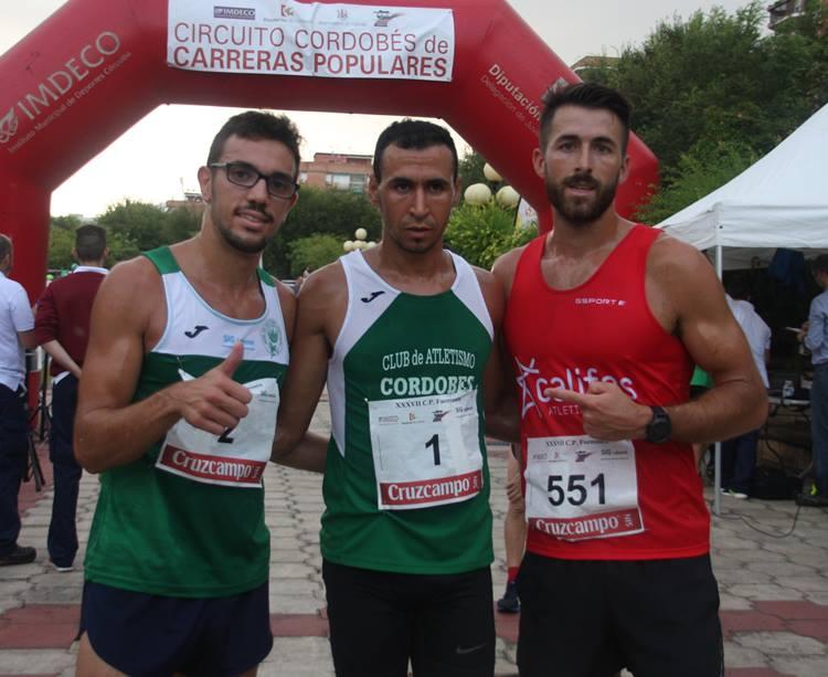 Los tres primeros atletas posan para Cordobadeporte tras el triunfo de Ismail Serroukh