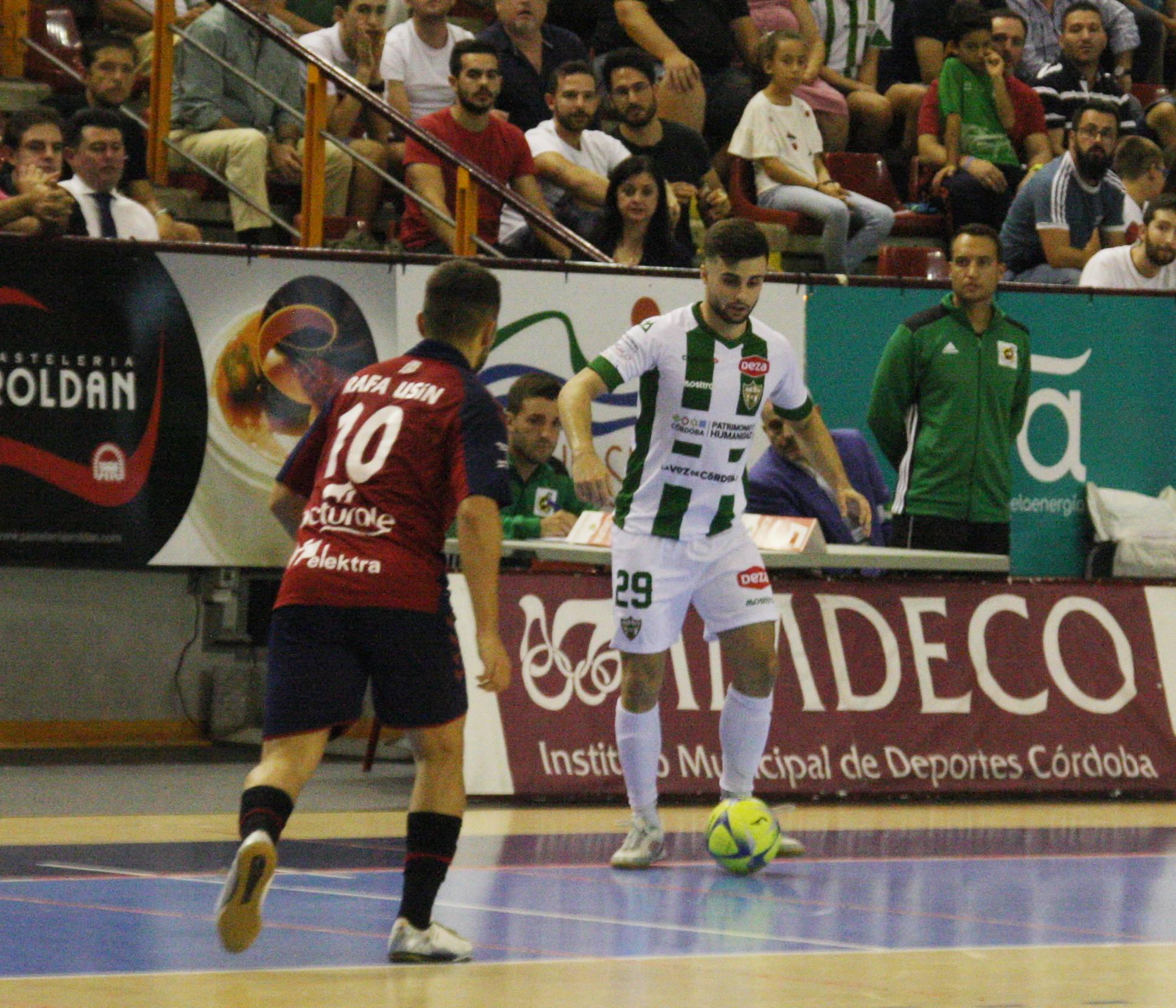 César controla el balón ante el rival