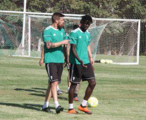 Chus Herrero y Djetei hablando en un momento del entrenamiento