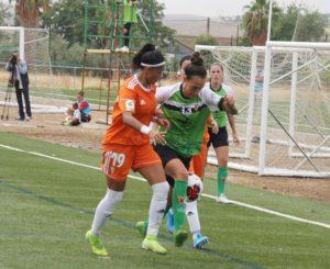 Dos jugadoras luchan por el balón. Autor: Paco Jiménez