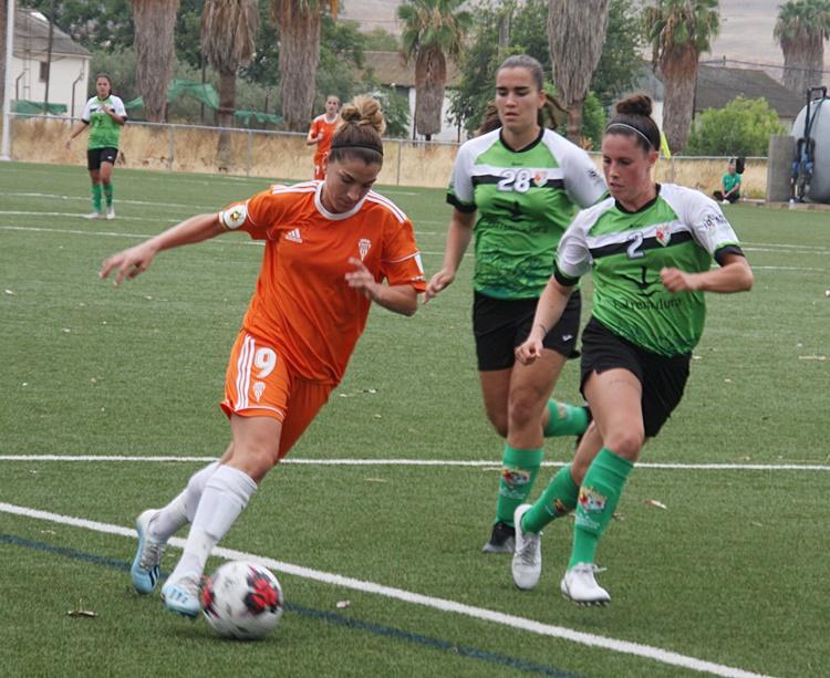 Una jugadora del Córdoba Femenino controla el cuero. Autor: Paco Jiménez