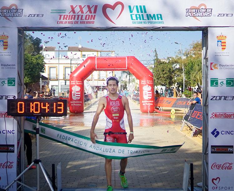 Juan Robles cruzando la línea de meta de Posadas en ganador