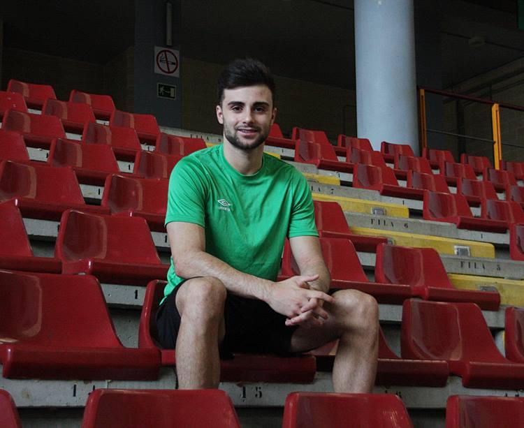 El jugador César posa para la cámara de Córdobadeporte. Autor: Paco Jiménez