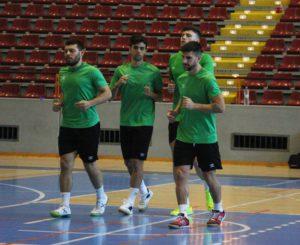Varios jugadores hacen la carrera inicial de cada entrenamiento.