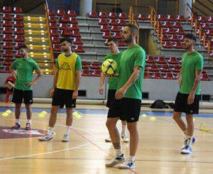 Manu Leal, balón en mano, con algunos de sus compañeros al fondo