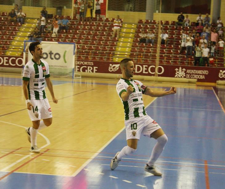 Manu Leal celebra el primer tanto de la historia del Córdoba Futsal en Primera