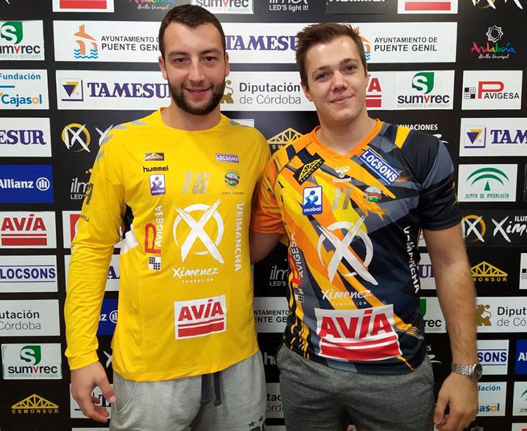 El guardameta Adi Ahmetasevic y el lateral Srdjan Mijatovic sonríen durante su presentación