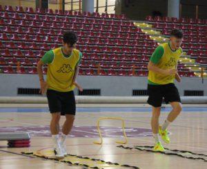 Pablo y Cristian realizan unos ejercicios en en entrenamiento