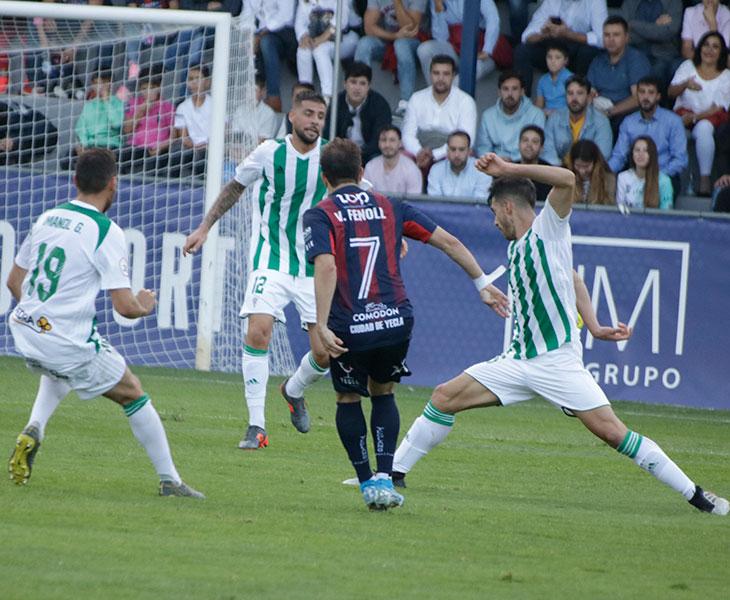 Xavi Molina cerrando para tapar la progresión de un jugador del Yeclano