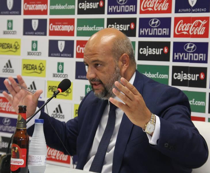 Enrique Zarza gesticulando en sala de prensa