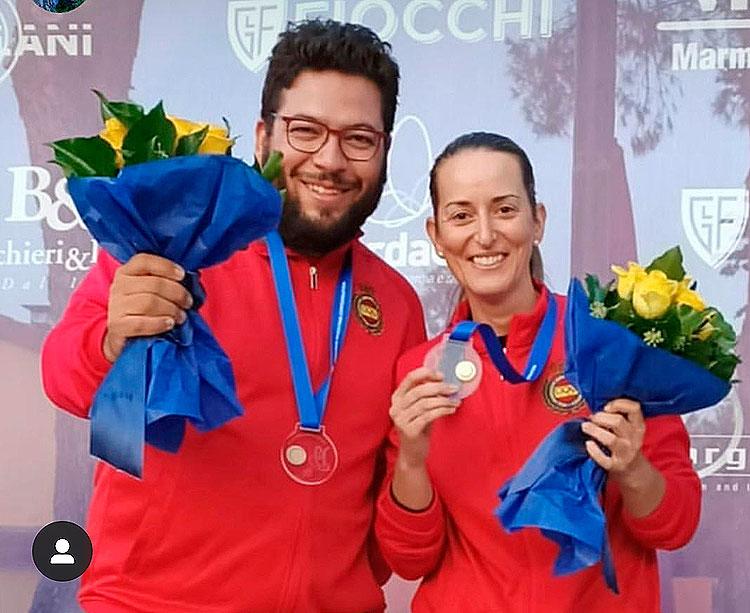 Fátima Gálvez y Alberto Fernández mostrando su medalla de oro