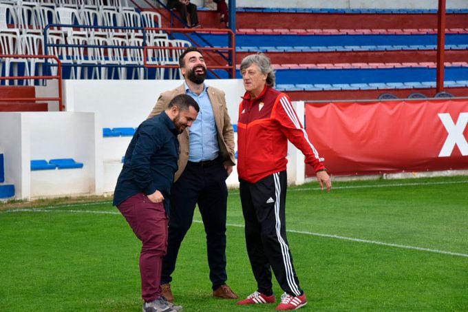 Alberto Mayoral junto a Jorge Rodríguez de Cózar y Enrique Martín al acabar el partido con una sonrisa tras mucho sufrimiento