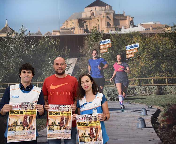 El concejal de Deportes del Ayuntamiento de Almodóvar del Río, Rubén López, y el director de Decathlon Córdoba, Carlos M. Gallego tras rubricar su acuerdo
