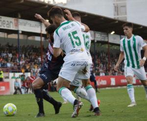 Ángel Moreno cerrando a un delantero del Yeclano