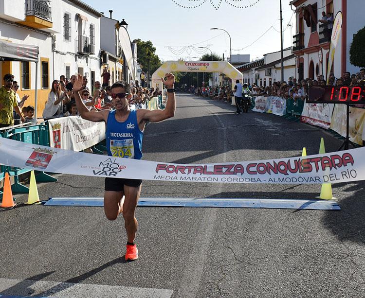 Ángel Muñoz entrando ganador en la meta de Almodóvar del Río