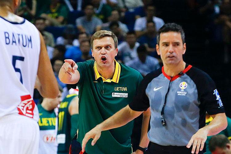 Antonio Conde dirigiendo el partido entre Francia y Lituania, con el técnico de los lituanos protestando al fondo