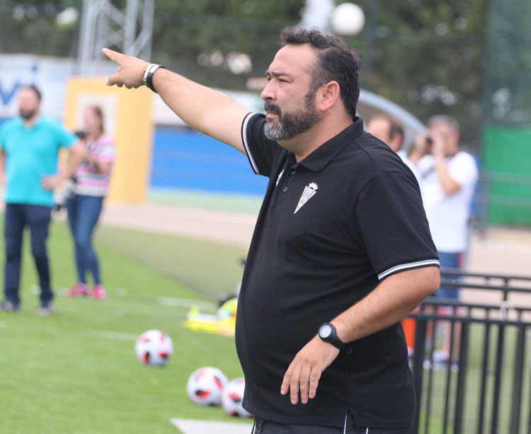 Antonio Serrano dirigiendo a sus chicas en un partido de la pasada temporada