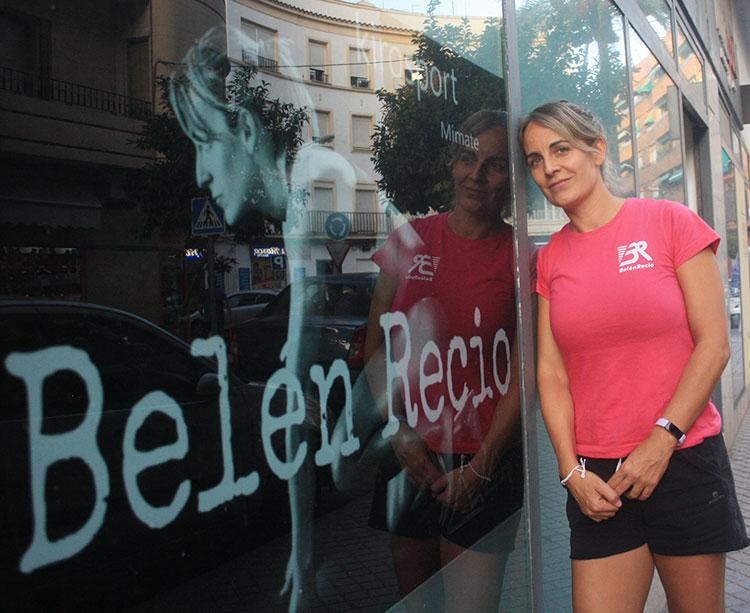 Belén Recio posa sobre su imagen en su clínica de quiromasaje