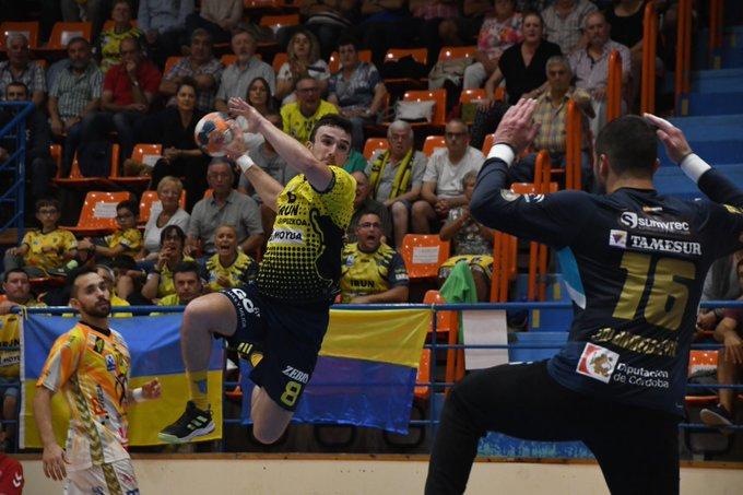 Un jugador del Bidasoa de Irún encara a Adi Ahmetasevic con Cuenca al fondo