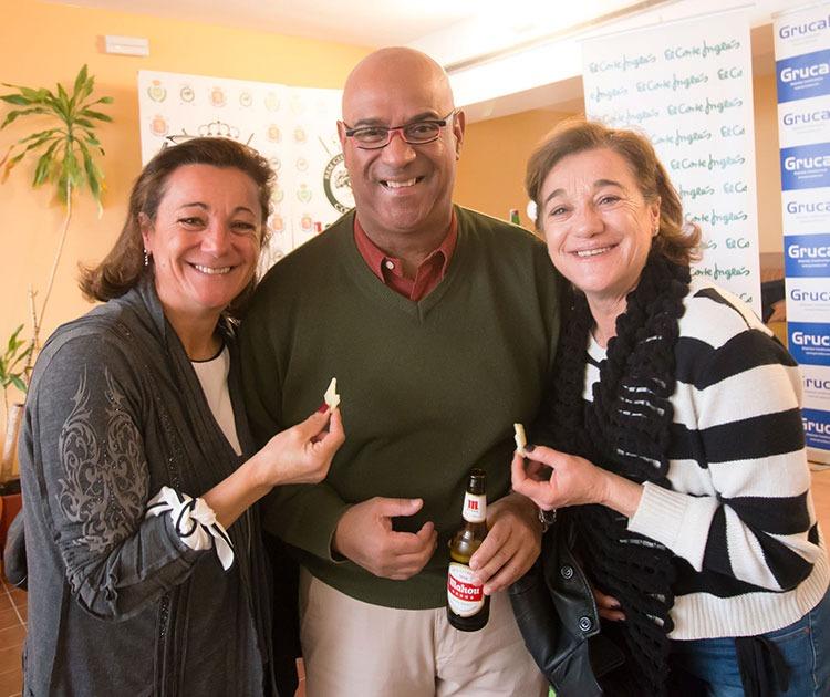 Su sonrisa. Blanca Fernández junto a Jorge Armenteros y su hermana Lola en la entrega de premios en el Real Club de Campo de Córdoba