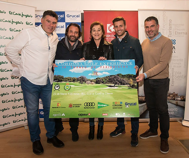 Blanca Fernández Ochoa junto a Martín Torralbo, diputado de deportes, Daniel García Ibarrola, responsable de márketing de El Corte Inglés y los organizadores del Torneo Córdoba Golf Experience sosteniendo su cartel
