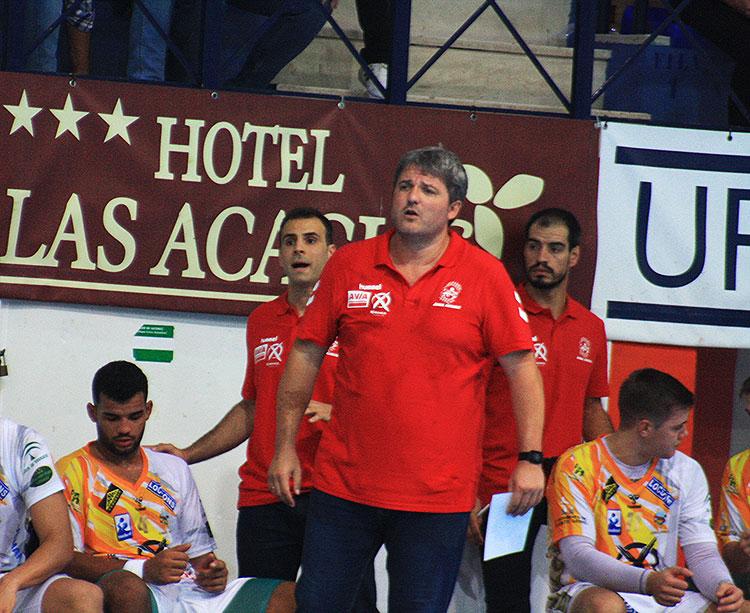 Paco Bustos sufriendo con el juego de su equipo