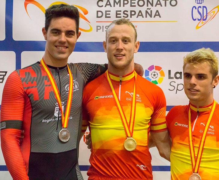 Alfonso Cabello en el podio junto al campeón Pepe Moreno y el tercer clasificado Ekain Jiménez