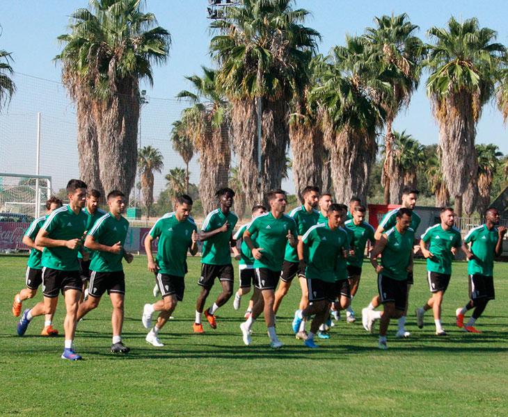 La plantilla del Córdoba CF haciendo carrera continua en el primer entrenamiento de la semana