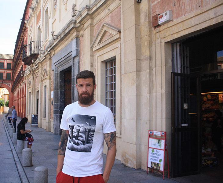 Chus Herrero en la entrada del Mercado Sánchez Peña de la Corredera