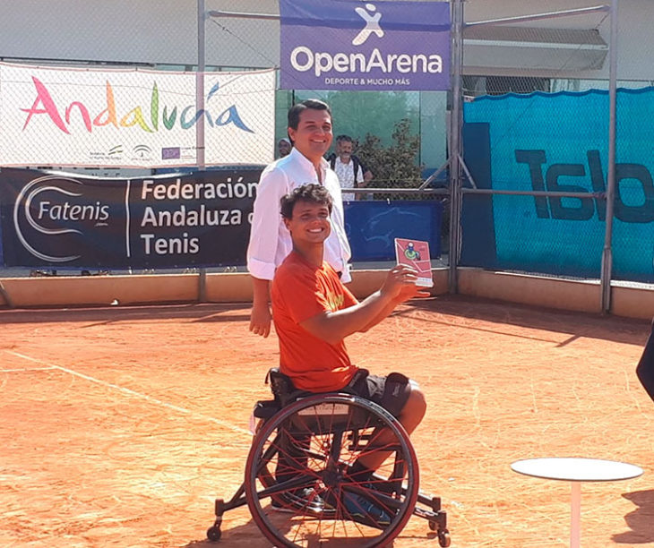 Cisco García recibiendo el trofeo de campeón de manos del alcalde de Córdoba, José María Belllido