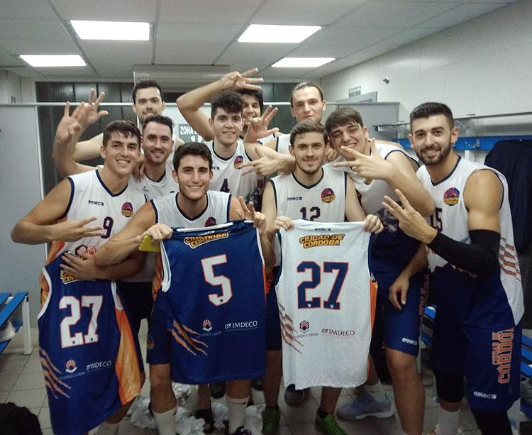 Los jugadores del CB Ciudad de Córdoba dedicando la victoria a sus compañeros ausentes