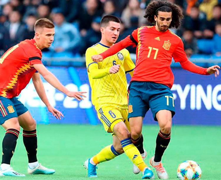 El jugador del Getafe Marc Cucurella conduce el balón tras superar a un rumano