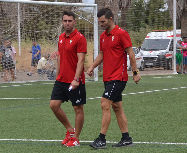 Diego Delgado abandonando el campo con la compañía del segundo entrenador, Andrés Armada. Foto: Javier Olivar