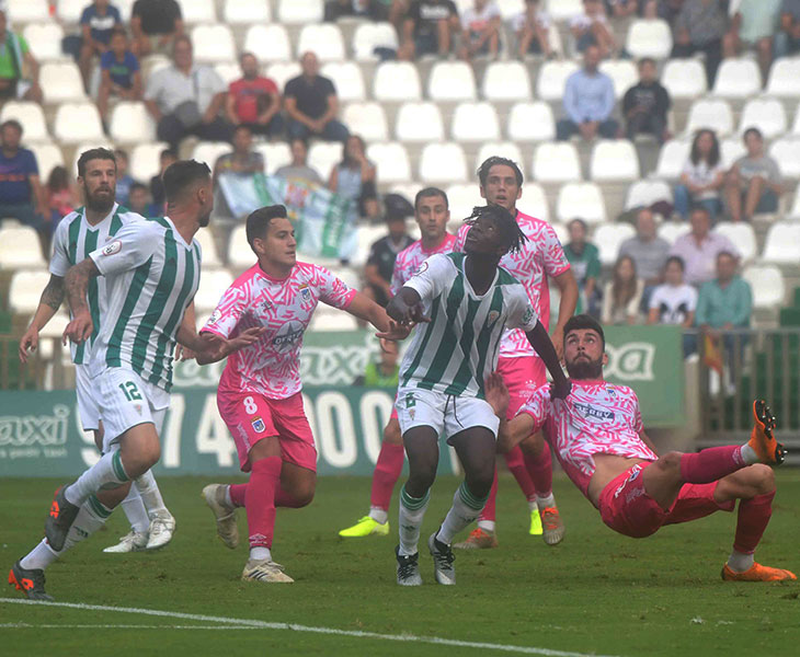 Djetei hizo un inocente penalti a los veinticinco segundos de su debut en El Arcángel