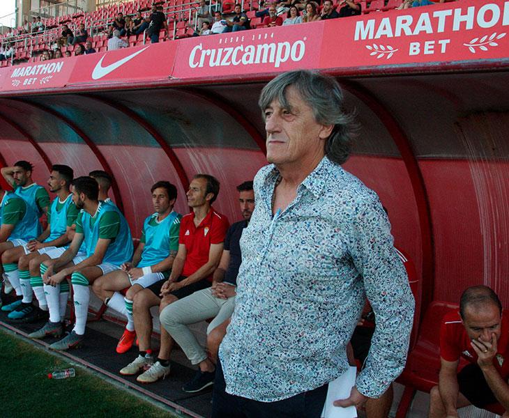 Enrique Martín en el banquillo cordobesista en la Ciudad Deportiva del Sevilla