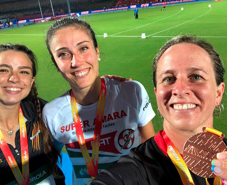 Exultante. Fani Fortes muestra su medalla de bronce junto a Teresa Errandonea y Alba Manzano, sus compañeras en el podio