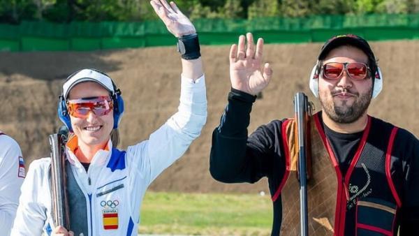 Fátima Gálvez saludando tras lograr el oro continental junto a Alberto Fernández